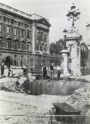 Photo:Bomb damage outside Buckingham Palace, September 1940